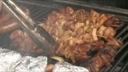 Szaszłyki i kiełbasa na grillu