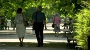 Starsi ludzie spacerujący po parku