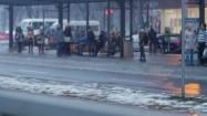 Ludzie na przystanku autobusowym