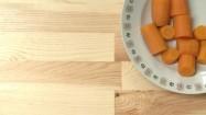 Kawałki marchewki na talerzu