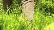 Człowiek idący po trawie