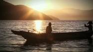 Łódź Mosuo na jeziorze Lugu Hu w Chinach