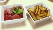 Smażone ziemniaki i pulpety w sosie pomidorowym