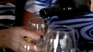 Nalewanie białego wina do kieliszków
