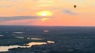 Balony lecące o zachodzie słońca