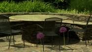 Kamienny stół w ogrodzie