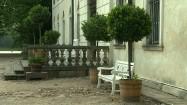 Biała ławka przed pałacem w Nieborowie