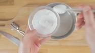 Wsypywanie soli do wody