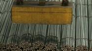 Suwnice z eletromagnesami przenoszące metalowe pręty