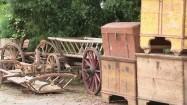 Wóz drabiniasty i stare skrzynie posażne