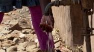 Kobieta myjąca dłonie