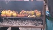 Grillowanie jabłek i kiełbas