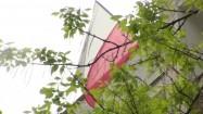 Polska flaga przy budynku