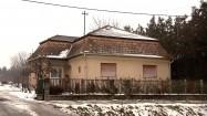 Dom z mansardowym dachem