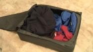 Pakowanie ubrań do pojemnika