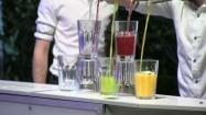 Pokaz - barman nalewający drinki