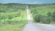 Asfaltowa droga wśród terenów zielonych