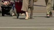 Ludzie na przejściu dla pieszych