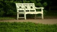Biała ławka w parku