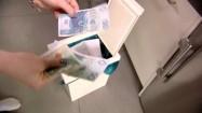 Banknoty wyrzucanie do kosza na śmieci