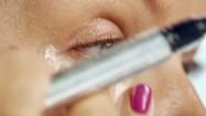 Nakładanie korektora pod oczy