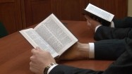 Mormoni czytający Księgę Mormona