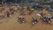 Ludzie na plaży w Indiach