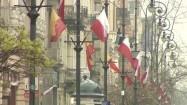 Ulica Piotrkowska w Łodzi udekorowana flagami