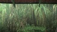 Krople deszcze spływające z dachu