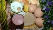 Produkty spożywcze w koszu piknikowym