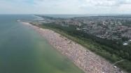 Tłumy ludzi na plaży
