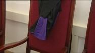 Toga sędziowska przewieszona przez krzesło