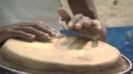 Mężczyźni grający na bębnach