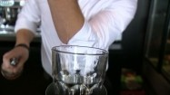 Barman robiący drinka