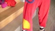 Klaun wciągający spodnie