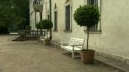 Białe ławki przed pałacem w Nieborowie