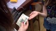 Kobieta dająca dziecku pieniądze