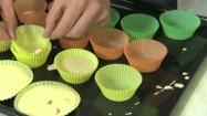 Przygotowanie muffinek - surowe ciasto w papilotkach