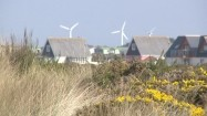 Domy na tle elektrowni wiatrowych