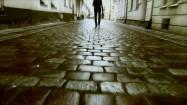 Elegancki mężczyzna idący uliczką