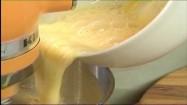 Dodawanie roztrzepanych jajek do masy na ciasto