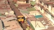 Tajlandia - pociąg wjeżdżający między stragany