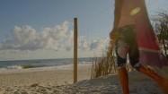 Kobieta na pustej plaży