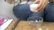 Przekładanie twarożku do miski
