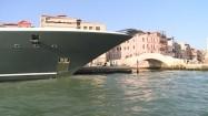 Wenecja - łódź przy nabrzeżu