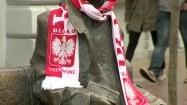Rzeźba Juliana Tuwima w Łodzi przystrojona szalikiem kibica