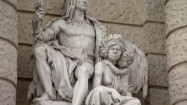 Pomnik Ameryki i Australii przed Muzeum Historii Naturalnej w Wiedniu