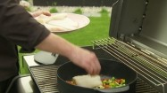 Przygotowywanie dania na grillu