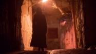 Kobieta idąca uliczką Starego Miasta w Jerozolimie