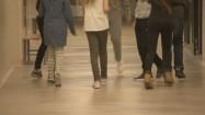 Uczniowie na korytarzu